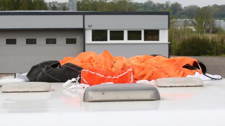 Warum sind die beiden Fallschirmspringer kollidiert? (Foto)