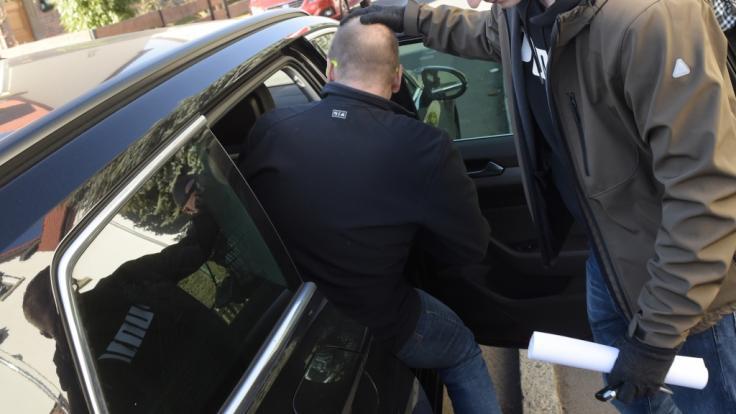 Ein Erfurter Sportmediziner wird von Beamten festgenommen. (Foto)