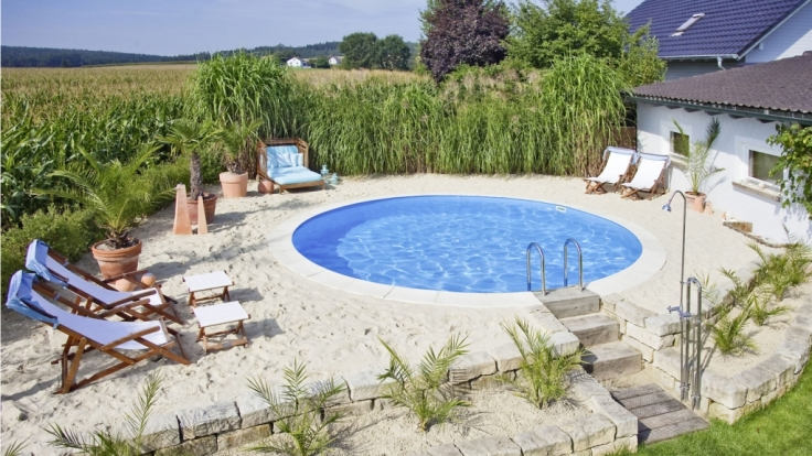 Plätze an der Sonne: Schattenarme Flächen sind ideal für den Pooleinbau.