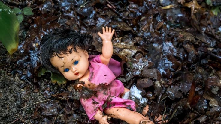In Großbritannien hat eine Frau ihr Baby kurz nach der Geburt in einem Park zum Sterben zurückgelassen. (Foto)