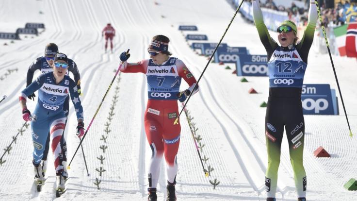 Bei der Tour de Ski 2020 jubelte Anamarija Lampic (r) aus Slowenien im Ziel über den Sieg vor der Zweitplatzierten Astrid Uhrenholdt Jacobsen aus Norwegen (M) und der Viertplatzierten Sadie Maubet Bjornsen aus den USA (l).