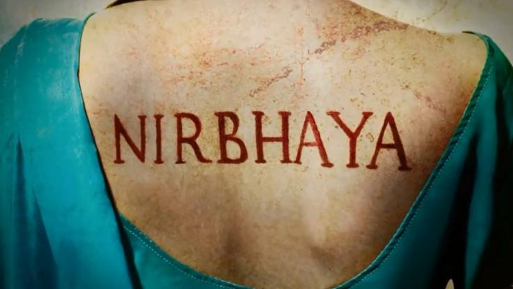 Das Theaterstück trägt den Namen Nirhaya. Den Namen, den die indische Presse dem Mädchen gab, das im Dezember 2012 von einer Männer-Gruppe in einem Bus vergewaltigt wurde.