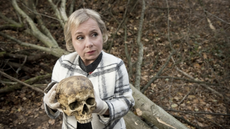 Silke Haller (Christine Urspruch) mit dem Schädel, den Arbeiter im Wolbecker Wald gefunden haben.