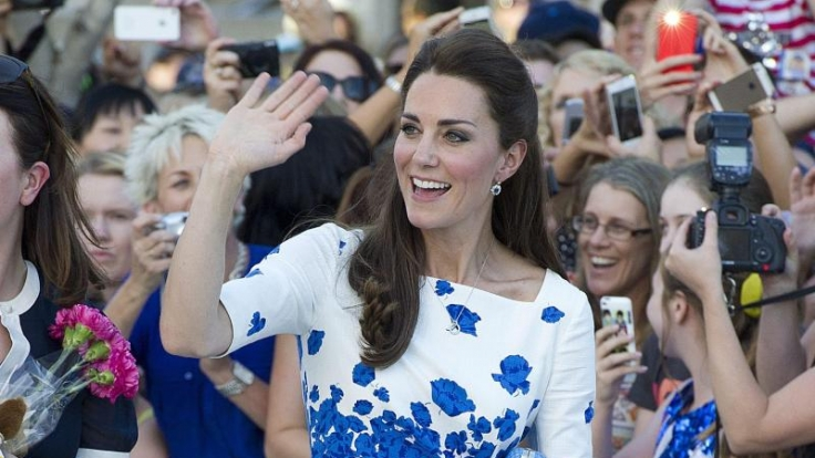 Bei den Fans sind die Outfits von Herzogin Kate überaus beliebt. Doch der Queen sind sie nicht züchtig genug.