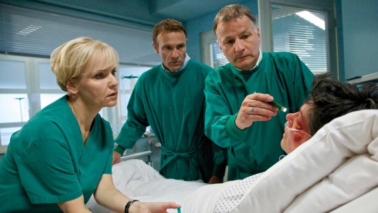 Elena Eichhorn (Cheryl Shepard, re.) gerät in Panik, als sie plötzlich Doppelbilder sieht. (Foto)