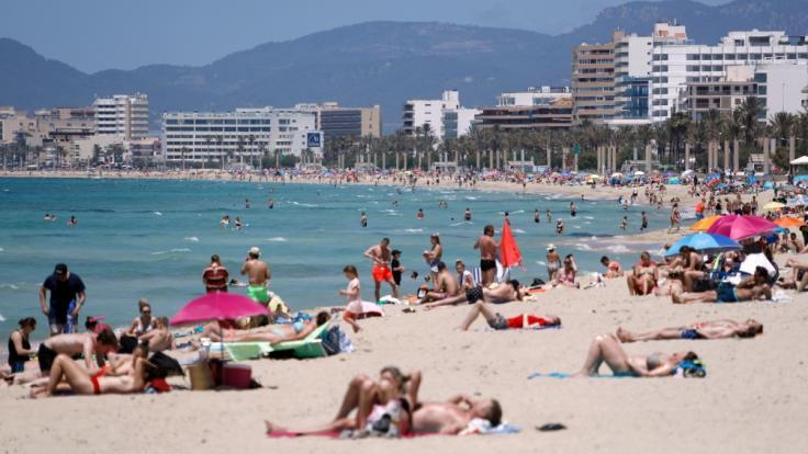 Aktuell genießen etliche Touristen die Sonne am Strand auf der spanischen Insel Mallorca. Doch wie lange noch? (Foto)