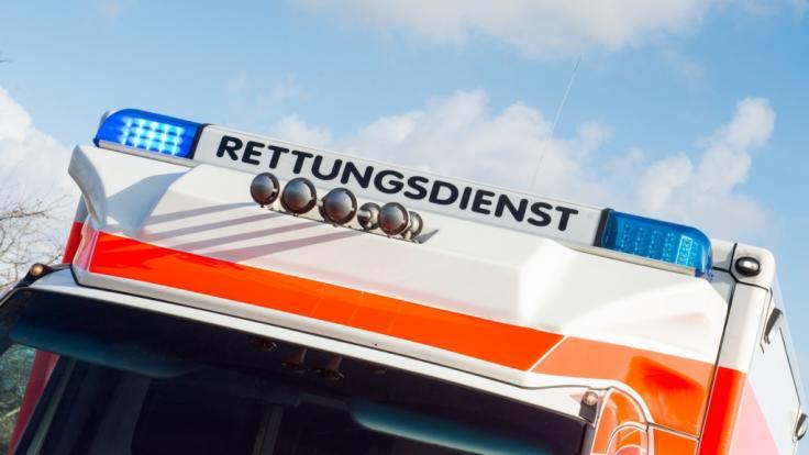 Rettungswagen: Ein sechsjähriger Junge ist von seinem Vater mit dem Auto angefahren und schwer verletzt worden. (Symbolbild) (Foto)