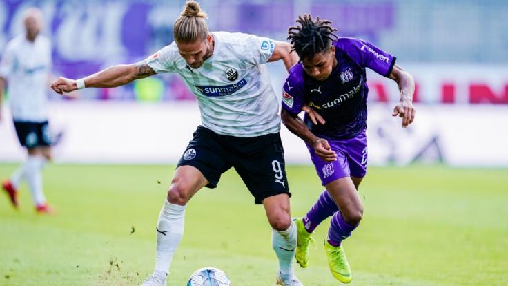 Sandhausens Rurik Gislason (l) und Osnabrücks Felix Agu kämpfen um den Ball.