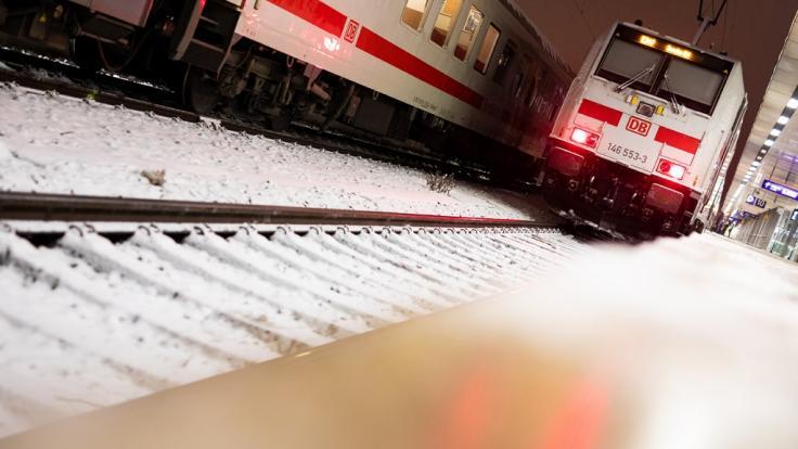 Eis und Schnee legten den Fernverkehr in Norddeutschland lahm. (Foto)