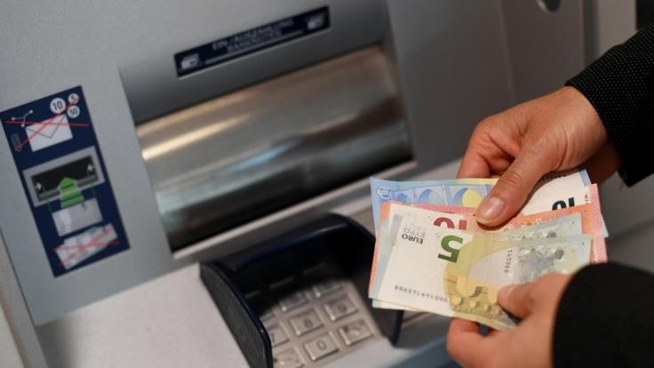 Geldabheben wird jetzt für Bankkunden noch teurer. (Symbolbild)