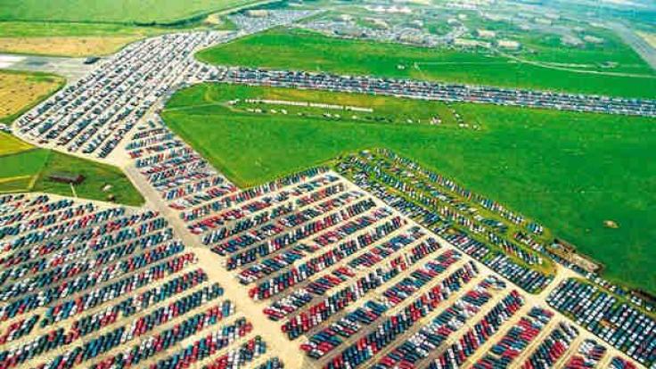 Nagelneue Wagen: Solche Auto-Friedhöfe gibt es rund um den Globus.