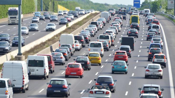 Am Tag der Deutschen Einheit (03.10.), sowie am Wochenende (04.-06.10.) droht auf Deutschlands Autobahnen wieder ein Stau-Chaos.