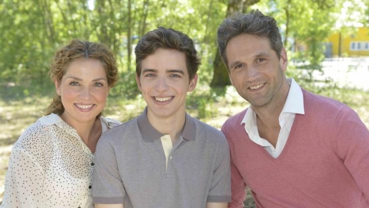 Oliver Franck alias Martin Ahrens (rechts) mit seiner GZSZ-Familie Nina Ahrens (Maria Wedig) und Sohn Luis (Maximilian Braun).