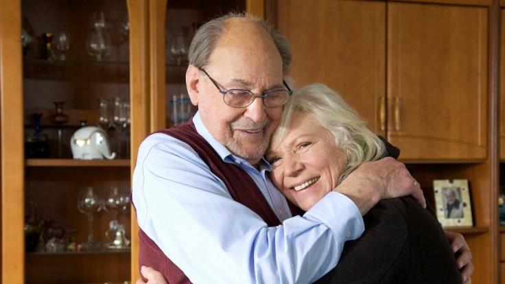 Licht am Horizont: Für Luisa Böhnisch (Angelika Bender) ist eine Spenderniere gefunden worden. Ihr Mann Gerhard (Herbert Köfer) freut sich mit ihr.