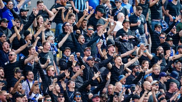 Unter Jubel feuern die Unterstützer vom SV Waldhof Mannheim ihre Mannschaft an. (Symbolbild) (Foto)