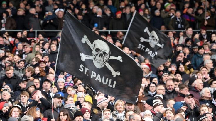 Mit der Totenkopf-Fahne unterstützen die Fans von St Pauli ihr Team. (Symbolbild) (Foto)