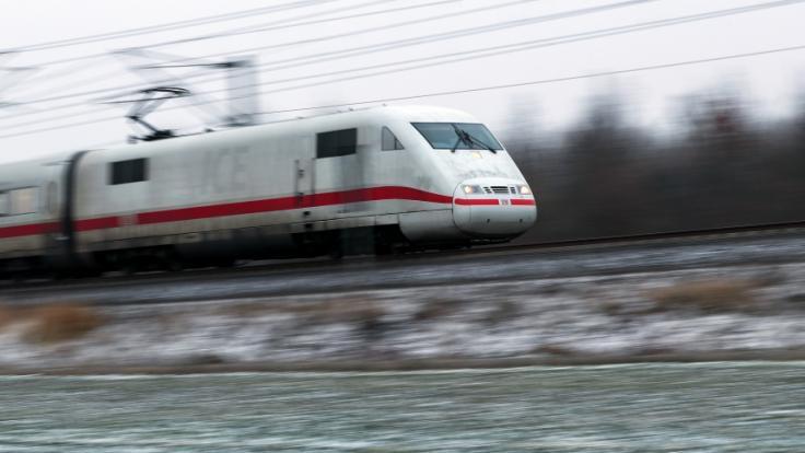 Bundesverkehrsminister Andreas Scheuer will durch eine Steuersenkung Fahrkarten im Fernverkehr der Bahn billiger machen. (Foto)