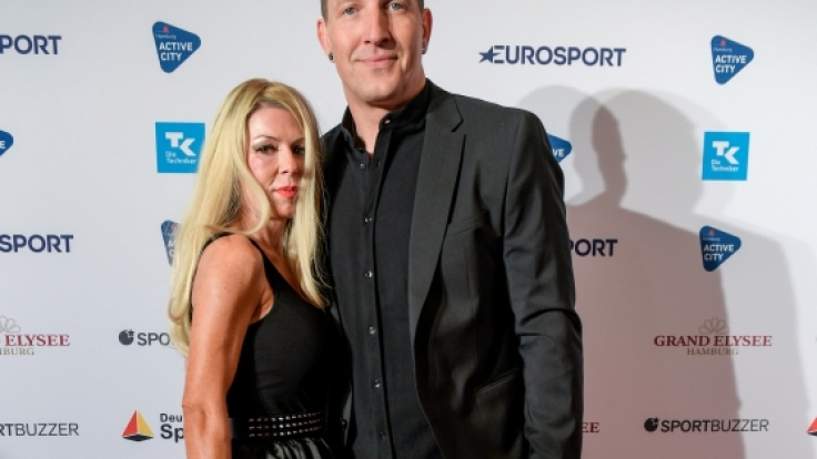 Der ehemalige Handballationalspieler Stefan Kretzschmar seine Freundin Doreen bei der Verleihung des Deutschen Sportjournalisten-Preises 2019. (Foto)