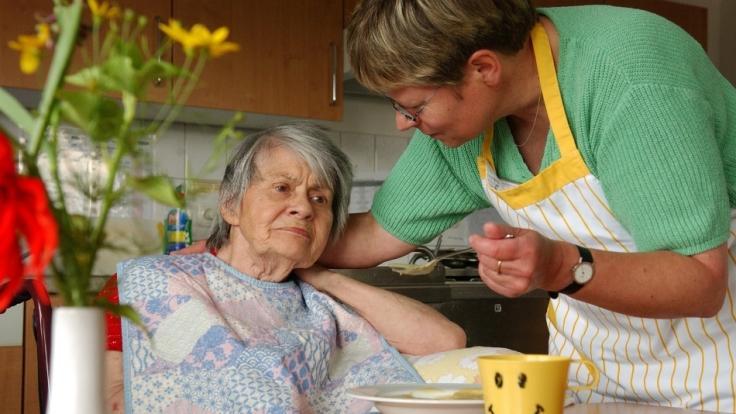 Verschiedene Alarmsignale können einen nötigen Umzug ins Altenpflegeheim ankündigen. (Foto)