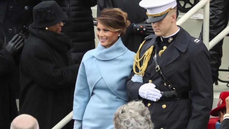 Rache ist süß: Melania Trump klammert sich demonstrativ an einen schmucken Herren in Uniform und lässt ihren Ehemann Donald Trump links liegen. (Foto)