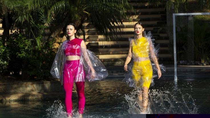 """GNTM - Maribel und Bianca beim Entscheidungswalk in der 3. Folge """"Germany's Next Topmodel"""" 2020. (Foto)"""