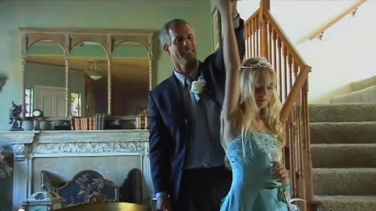 Befremdliches Bild: Ein Vater führt seine 12-jährige Tochter zu einem Jungfräulichkeitsball aus.