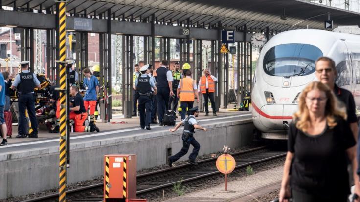 Ein ICE steht am Gleis 7 des Frankfurter Hauptbahnhofs, nachdem es bei der Einfahrt des Zuges zu einem Zwischenfall mit einem Kind kam.