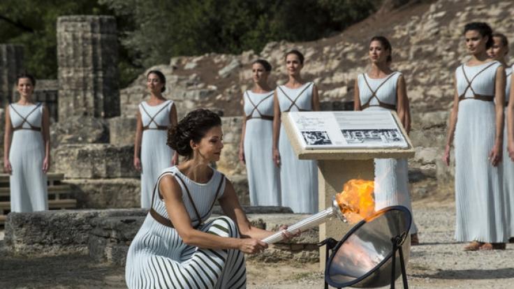 Das olympische Feuer wird traditionell mit einem Parabolspiegel entfacht.