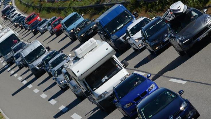 Am Wochenende müssen sich Autofahrer auf Staus in Baden-Württemberg und Bayern einstellen. Denn für die beiden Bundesländer enden die Sommerferien.