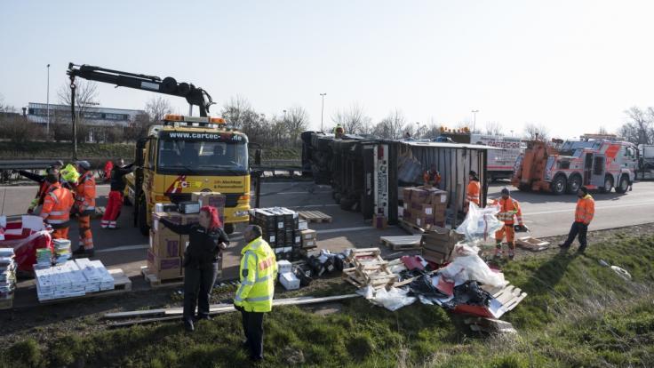 Auf der Autobahn A4 rasten mehrere Lkw in ein Stau-Ende - ein Brummifahrer starb. (Foto)