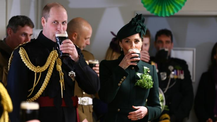 Hoch die Tassen! Anlässlich des St. Patrick's Day 2019 gönnte sich Herzogin Kate ein Glas Guinness-Bier.
