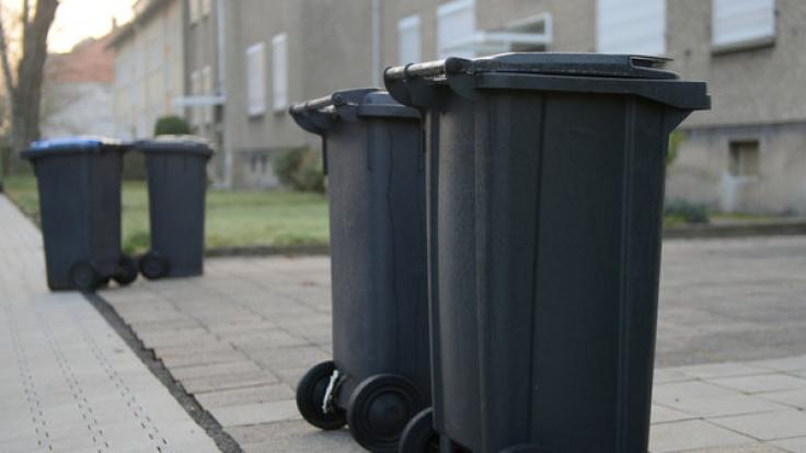 Diese Mülltonnen könnten in Schleswig-Holstein bald automatisch zur Straße fahren.