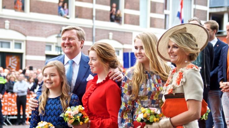 König Willem-Alexander und Königin Maxima (r) mit den Töchter, Kronprinzessin Amalia (2.v.r), Prinzessin Alexia und Ariane (l).
