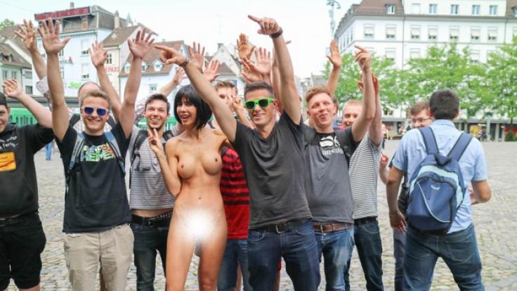 Milo Moiré schießt Nackt-Selfies mit Passanten.