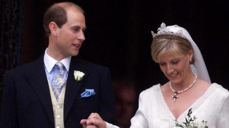 Mit Prinz Edward, dem Grafen von Wessex, kam am 19. Juni 1999 der jüngste Sohn der Queen unter die Haube, als er Sophie Rhys-Jones heiratete.