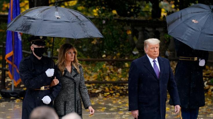 Melania Trump wurde von einem Soldaten begleitet. (Foto)