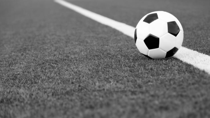 In bayern ist ein 22-jähriger Nachwuchsfußballer bei einem Unfall tödlich verunglückt.