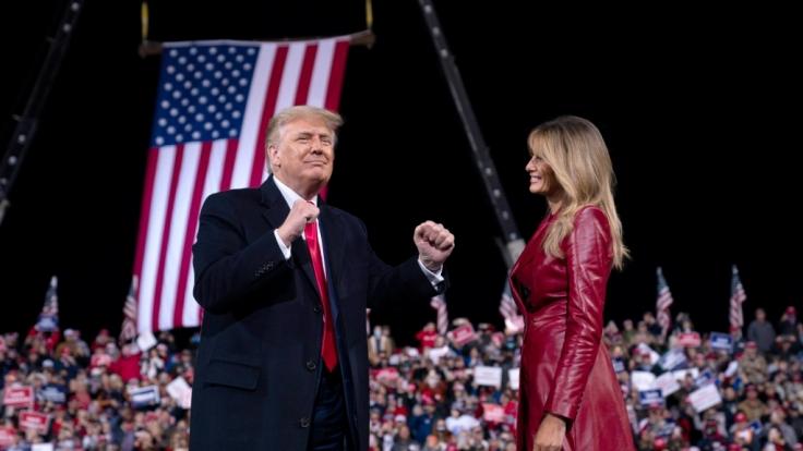 US-Präsident Donald Trump mit der First Lady Melania Trump bei der Kundgebung in Georgia. Trump machte eine Ankündigung für 2024. (Foto)