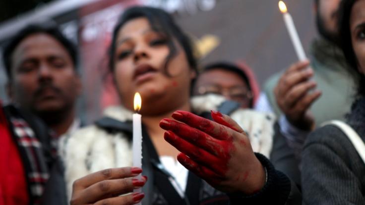 In Indien ist ein 16-jähriges Mädchen von vier ihrer Cousins und einem Lehrer vergewaltigt worden. (Symbolbild) (Foto)