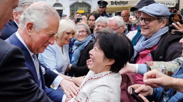 Ein Bad in der Menge: Der britische Prinz Charles und seine Frau, Herzogin Camilla, auf dem Thomaskirchhof. (Foto)