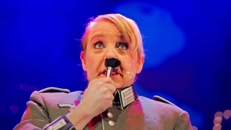 Franziska Mense-Moritz parodiert am 08.01.2014 in Dortmund (Nordrhein-Westfalen) Adolf Hitler. (Foto)