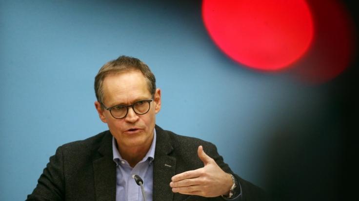 Der Vorsitzende der Ministerpräsidentenkonferenz Michael Müller (SPD) hat den von Bund und Ländern versprochenen Stufenplan für weitere Schritte in der Corona-Pandemie erläutert. (Foto)