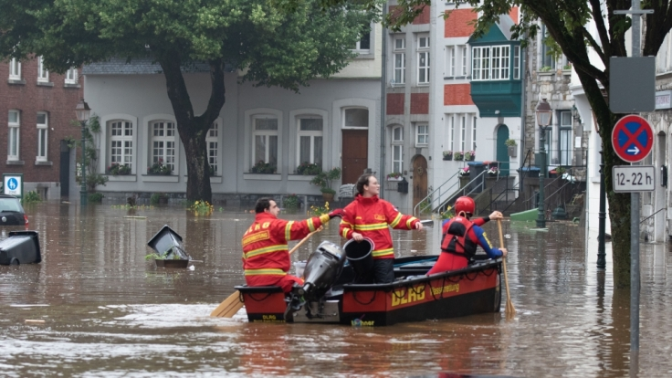 Ein Boot der Deutschen Lebens-Rettungs-Gesellschaft (DLRG) ist bei Hochwasser unterwegs. (Foto)