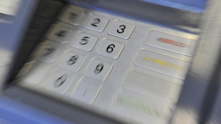Immer mehr Geldinstitute verlangen beim Geldabheben zusätzliche Gebühren. (Foto)