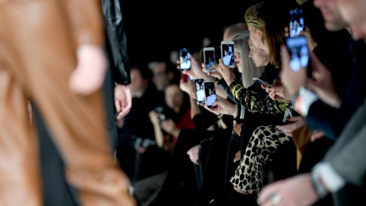 Die Berlin Fashion Week muss 2021 aufgrund der Coronapandemie ohne Live-Publikum auskommen - die Modenschauen gibt's stattdessen im Live-Stream. (Foto)
