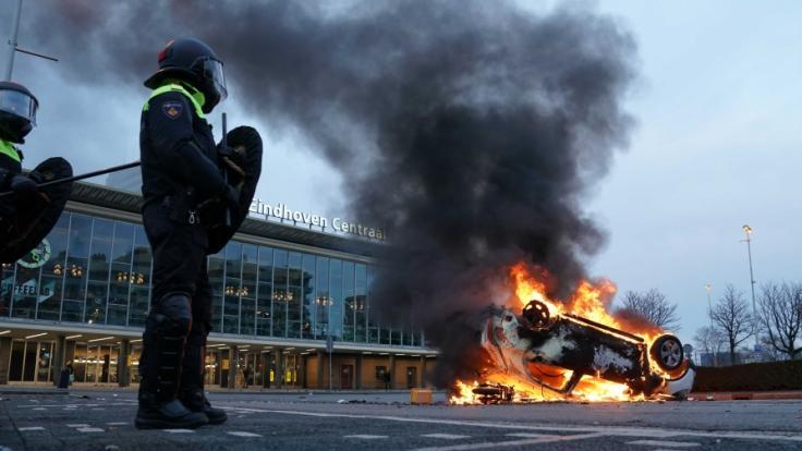 Mehrere hundert Menschen haben vor dem Bahnhof von Eindhoven gegen die aktuelle Corona-Politik demonstriert. (Foto)
