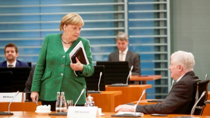 Kanzlerin Merkel und Innenminister Seehofer einigten sich auf die Aufnahme von 1.500 Geflüchteten von Moria. Auf Twitter entbrennt eine hitzige Debatte.