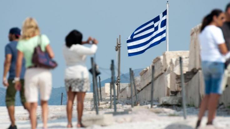 Für Griechenland-Urlauber kostet die Hotelübernachtung bald mehr. Ab Januar 2018 wird eine neue Gästesteuer fällig. Foto: Maurizio Gambarini/dpa