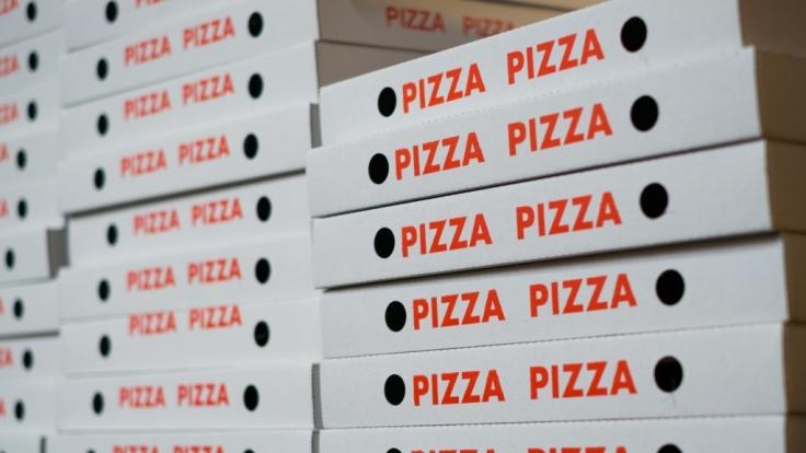 Ein 17 Jahre alter Teenager aus der Schweiz fraß sich buchstäblich zu Tode - der übergewichtige Junge bestellte immer wieder heimlich Pizza und Fast Food (Symbolbild).