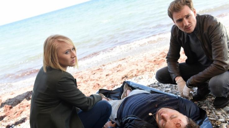 Nora Weiss (Anna Maria Mühe) und Simon Brandt (Jan Krauter, r.) begutachten den Leichnam von Patrick Landau (Eric Langner, M.). Handelt es sich um Mord?